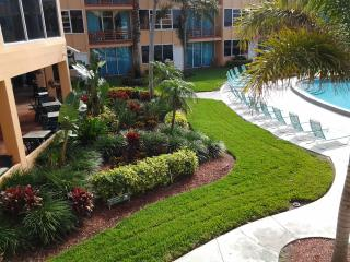 3 CASSIC SUITES FOR 15 GUESTS! PRIVATE BEACH, LARGE POOL, TIKI-BAR, LAUNDRY!
