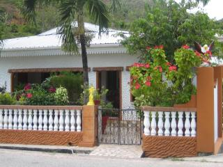 Family Holiday House with nice sea view, Île de Praslin