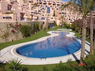 Excelente vivienda en urbanización con piscinas y cerca de campo de golf