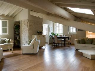 Stunning 2 bedroom mansard apartment in historic Lucca with delightful balcony