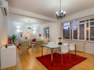 'Downtown Heaven' Chic and Bourgeois luxury apartment, City center, (Sleeps 9)