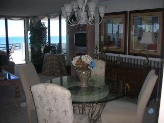 Fabulous Oceanfront Beach Condo with Marvelous Vie