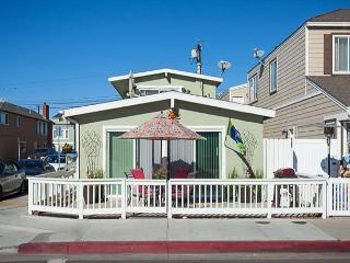Adorable 2 Bedroom, 2 Bath Ground Floor Unit in the Heart of Newport! (68355), Newport Beach