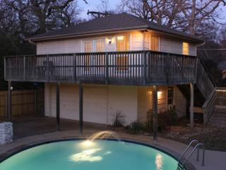 "Stay in our Guest Home - ""The Treehouse"", Arlington"