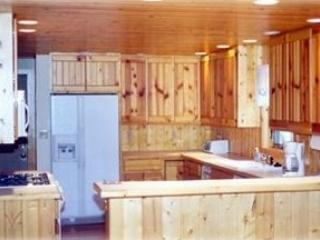 4 Bedroom modern Log home walk to beach