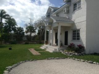Private Paradise: Townhouse 10min walk to beach..., Nassau