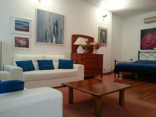 Charming apt ISABELLA in the pedestrian area next to Piazza delle Erbe, Padua