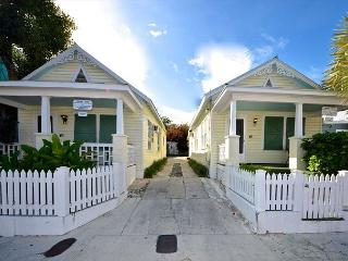 'TRADEWINDS'  Private Parking - Two Private Hot Tubs - 1/2 Block To Duval!, Key West