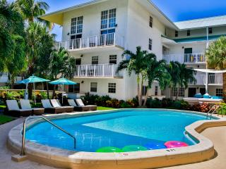 STEPS TO THE BEACH, THREE x 2BR/2BA APARTMENTS FOR 18, POOL, FREE PARKING