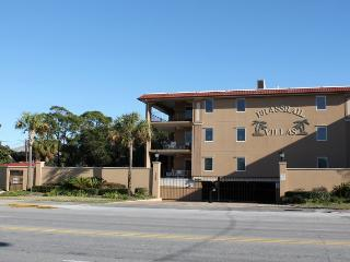 Brass Rail Villas - Unit 121 - Deluxe Vacation Rental - Swimming Pools - FREE Wi-Fi, Isla de Tybee