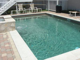 Luxurious Condo Steps to Pool & Parking. Just 1/2 Block to Beach w Free Coffee