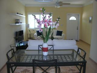 Lily Suite! Cool! Luxurious! Comfortable! Quiet! At Home feel! Nearby Beaches!
