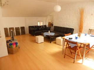 Modern Bright Airy 2bdrm Apartment with Sea View