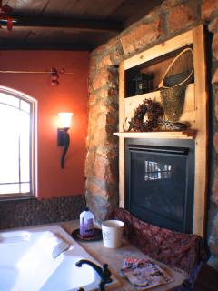 2-Person Air-jet Tub With Fireplace & Mountain Views!