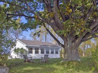 Sandbanks Lakeshore Cottage, Prince Edward County