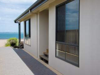 Edgewater Escape - Stunning Views, Kingscote