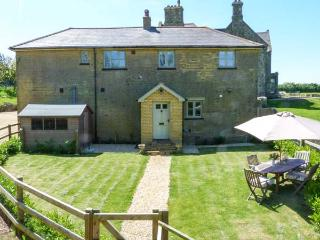 THE COACH HOUSE, coastal cottage with stunning sea views, luxury accommodation in Chale, Ref 20405