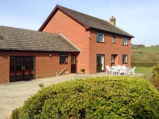 GREVODIG, brick-built farmhouse, on 600 acre livestock farm, games room, hot, Llandrindod Wells