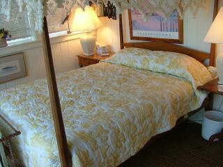 1st floor 2nd bedroom, Full size bed