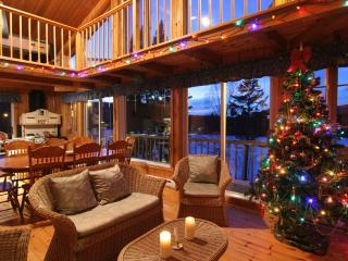 Large Waterfront Cottage for rent in Mont-Tremblant with SPA/hot-tub, pool table, canoe, pedal boat, Mont Tremblant