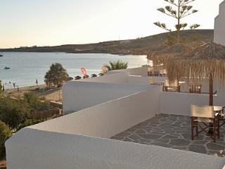 Arokaria Beach Studio with Panoramic Sea View, Paros