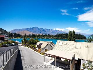 Contemporary townhouse on elevated site, outstanding views, steps to town!, Queenstown