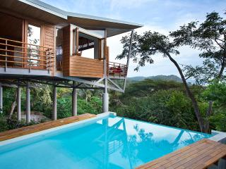 The Floating House - Stunning Ocean Views -Modern Tropical Luxury -Walk to beach