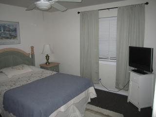 Main bedroom w/queen bed