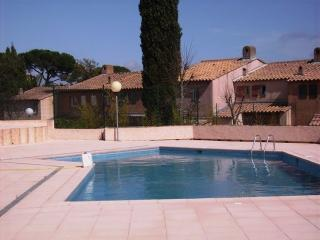 Ideal for small families, small detached house with swimming pool in Residence, Gassin