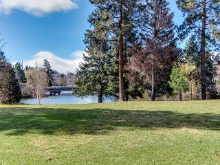 Pet-friendly condo w/ shared pool & hot tub access!, Bend