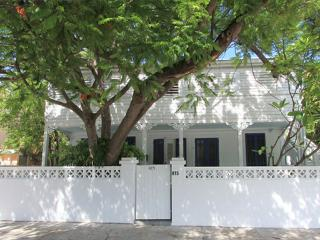 Steps to Duval, Old Town Charm -Grand Bahama Suite, Cayo Hueso (Key West)