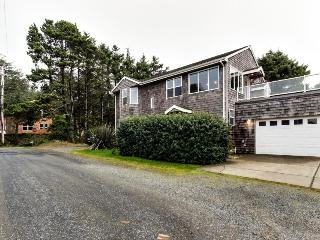 Oceanview home with Ping-Pong & a lovely deck, walk to the beach!, Cannon Beach