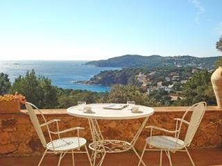 2 bedroom Apartment with WiFi and Walk to Beach & Shops - 5223612