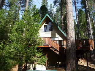 Relaxing 2BR Cabin W/Loft in 'Bear Valley' - Walk to Blue Lake Springs Lake & Country Club WIFI, Arnold