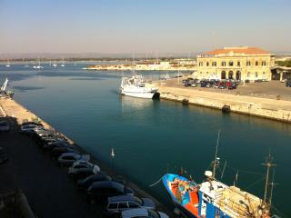 Darsena stylish flat, sea view and common terrace, Siracusa