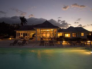 Longview Manor on Round Hill - Ideal for Couples and Families, Beautiful Pool and Beach, Montego Bay