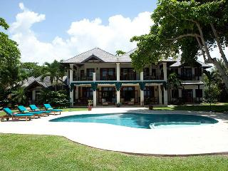 True Beachfront, Chef & Butler, Private Pool & Hot Tub, Tennis Court, 3 Min to Ocho Rios, Ocho Ríos