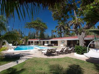 Chic 4 Bedroom with Private Pool & Jacuzzi in Ocho Rios