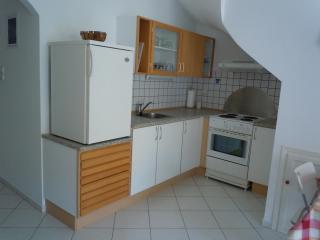 Kitchen w fridge, freezer, oven