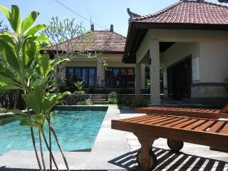 Villa Tianjiao - Flower Room (Aircon+Pool+Wifi), Canggu