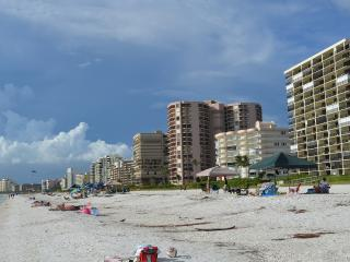 Easy walk to beach or Starbucks; Very Nice Studio, Clean and Quiet, Marco Island