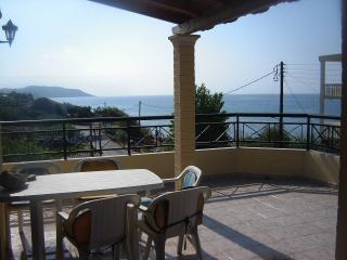 Cozy 2-bedroom sea-view apartment by the beach, Argyrades