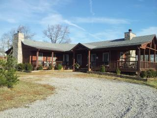 Beautiful log house on a working KY horse farm, Bowling Green
