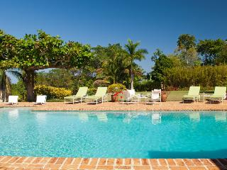 Ideal for Groups, Cook & Butler, Private Pool & Tennis Court, Round Hill Membership, Montego Bay