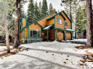 Spacious lodge near Donner Lake w/ shared pool and hot tub!