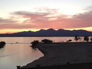On Channel- Lake /London Bridge VIEWS! Sand Beach!, Lake Havasu City