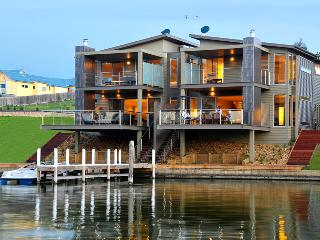 Luxury Waterfront Accommodation with Private Jetty, Paynesville