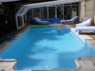 Casa con piscina cubierta y climatizada,barbacoa,WIFI