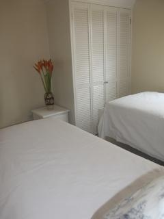 Bedroom 2 with two twin beds / one king bed