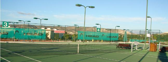 Tennis courts 10 min drive